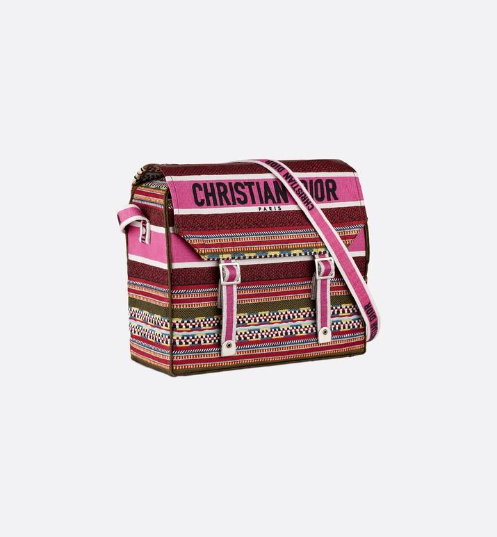 A CHIC MESSENGER BAG